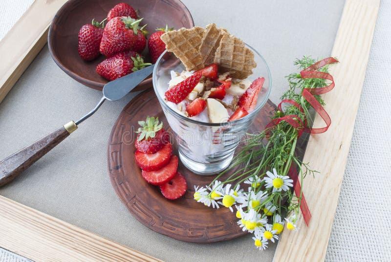草莓和果子奶油、静物画和花 图库摄影