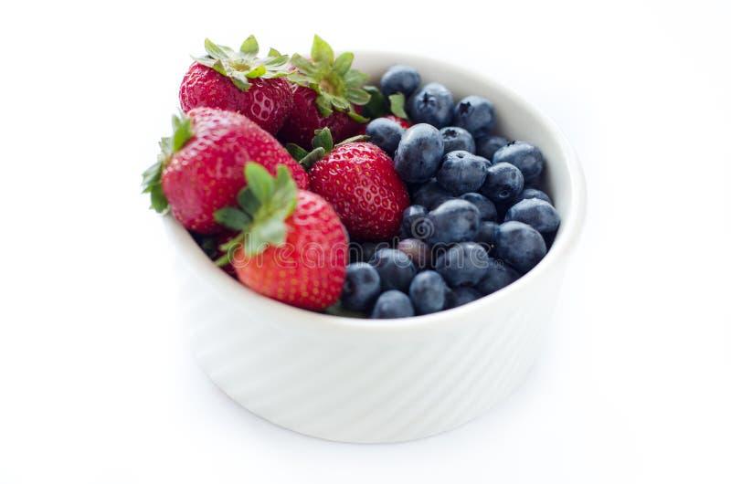草莓和蓝莓在白色碗 库存图片