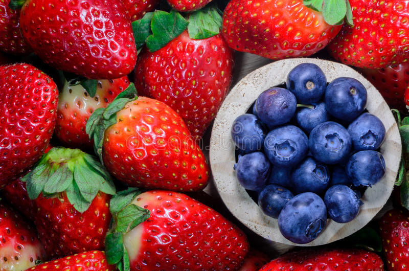 草莓和蓝莓 库存图片