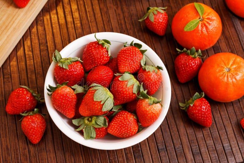 草莓和蜜桔 库存图片