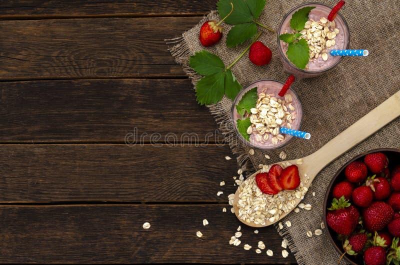 草莓和香蕉圆滑的人 健康早餐或快餐 在玻璃瓶子的香蕉和草莓圆滑的人 免版税图库摄影