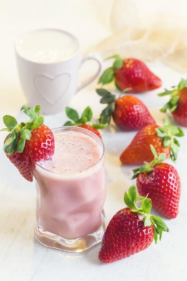 草莓圆滑的人 戒毒所superfood 免版税库存照片