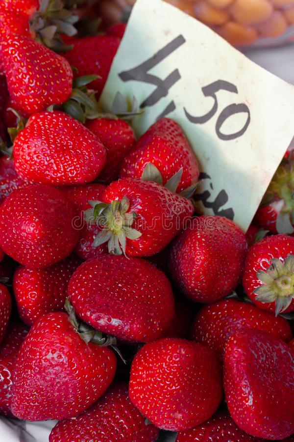 草莓在市场上 库存照片