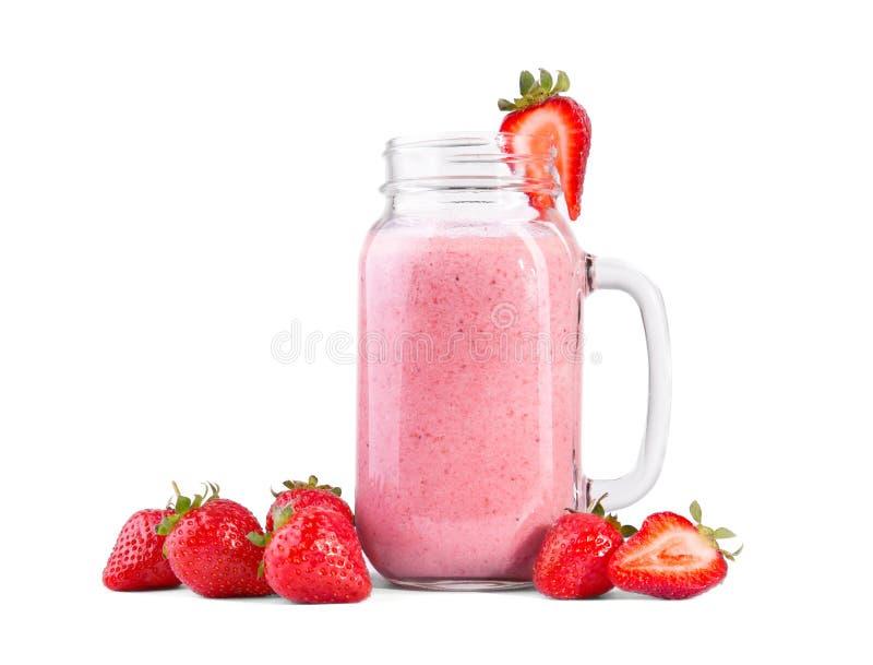 草莓在白色背景挤奶,隔绝 充分一个透明金属螺盖玻璃瓶草莓圆滑的人 夏天,刷新的cocktai 库存图片