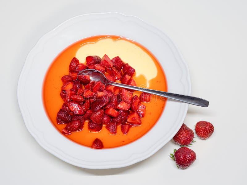 草莓在香草布丁加糖了 库存图片