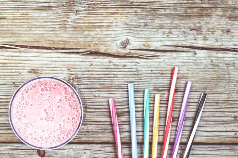 草莓奶汁用酸奶和鸡尾酒上色了在一个老委员会的小管 春天戒毒所 新的成人 吃健康 健康的食物 免版税库存照片