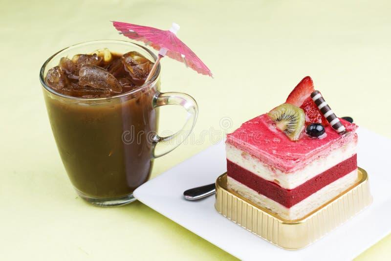草莓奶油甜点蛋糕和冰冻咖啡 库存照片