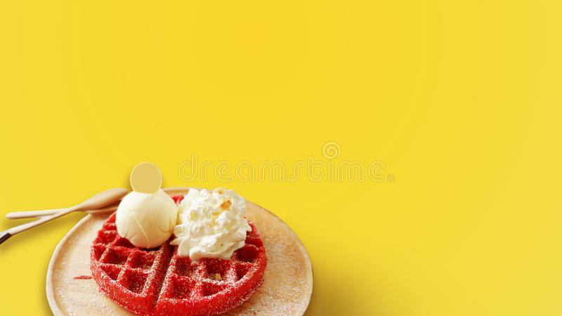 草莓奶蛋烘饼味道在黄色背景的一个木盘子服务 免版税库存照片
