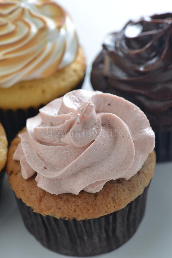 草莓杯形蛋糕 库存图片