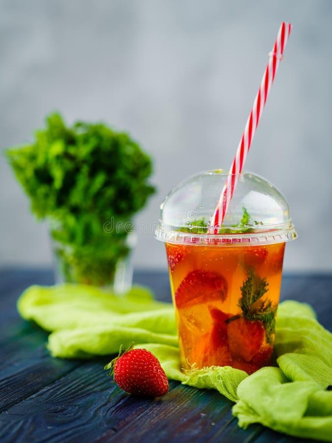 草莓柠檬水用薄菏 免版税库存图片