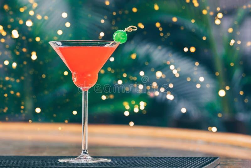 草莓玛格丽塔酒在酒吧停留演出地 豪华假期概念 欢乐假日庆祝bokeh 免版税库存图片