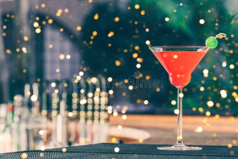 草莓玛格丽塔酒在酒吧停留演出地 豪华假期概念 欢乐假日庆祝bokeh 库存图片