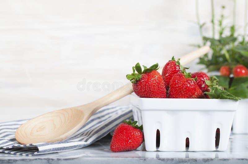 草莓白色篮子 免版税库存照片