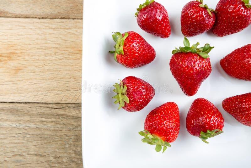 草莓的安排在白色盘的 库存照片