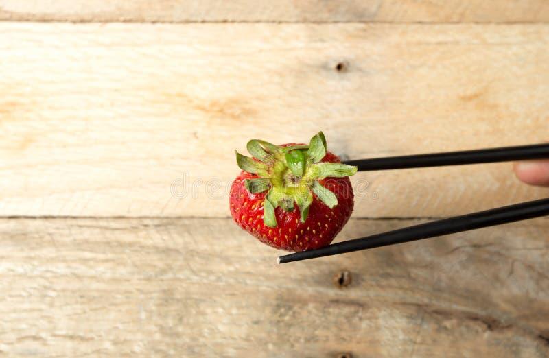 草莓的安排在白色盘的 免版税库存图片