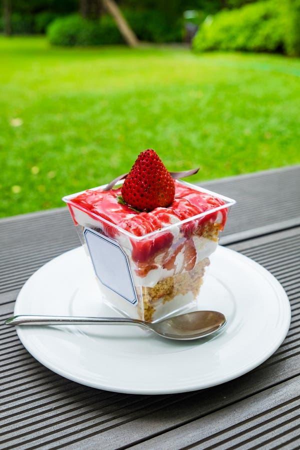 草莓碎屑点心曲奇饼和奶油色甜点在桌上 库存图片