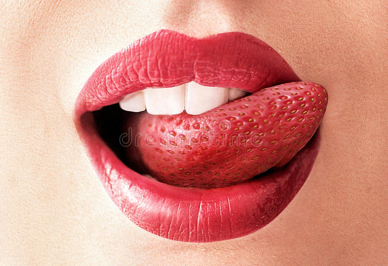 草莓舌头的特写镜头图象 库存照片