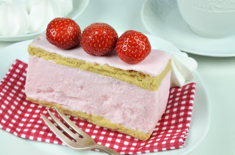 草莓花梢蛋糕和打好的奶油 库存照片