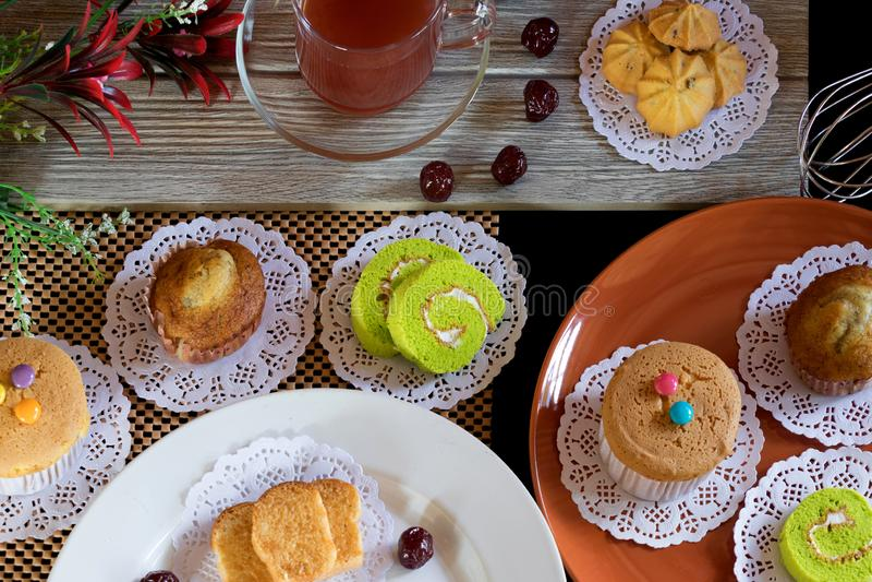 草莓茶鹅莓蛋糕卷杯形蛋糕香蕉杯形蛋糕蒜味面包曲奇饼 图库摄影
