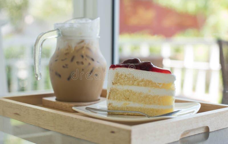 草莓蛋糕和冰冻咖啡 免版税库存图片
