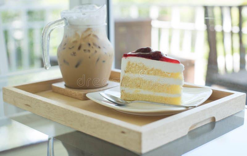 草莓蛋糕和冰冻咖啡 库存图片