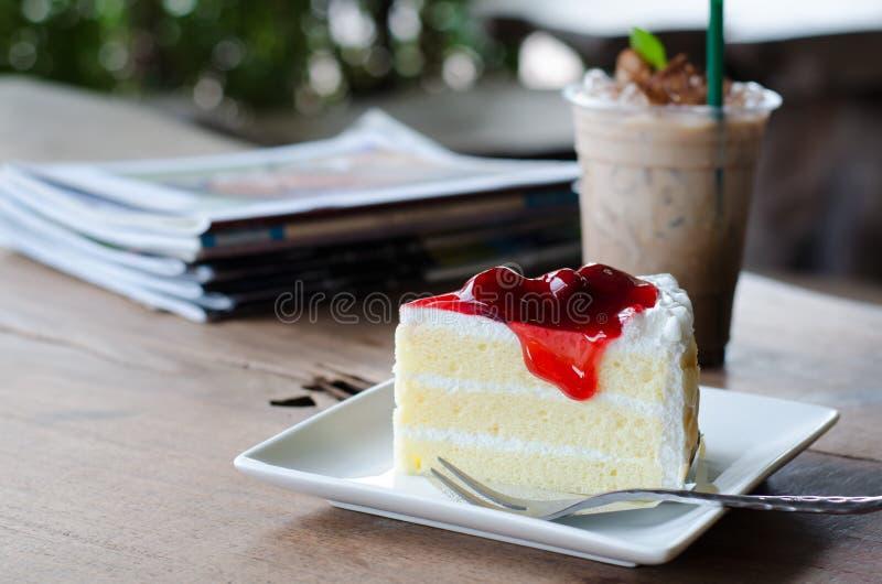 草莓蛋糕和冰冻咖啡 免版税图库摄影