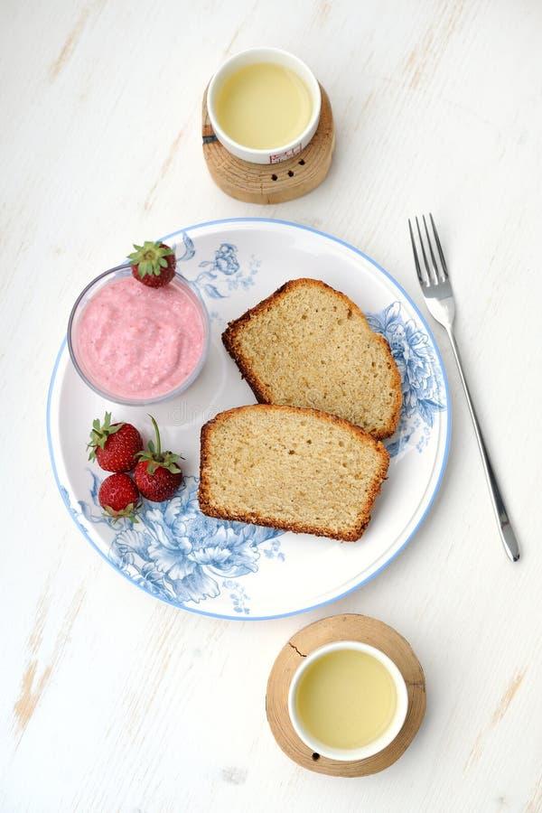 草莓蛋糕和绿茶 免版税库存图片
