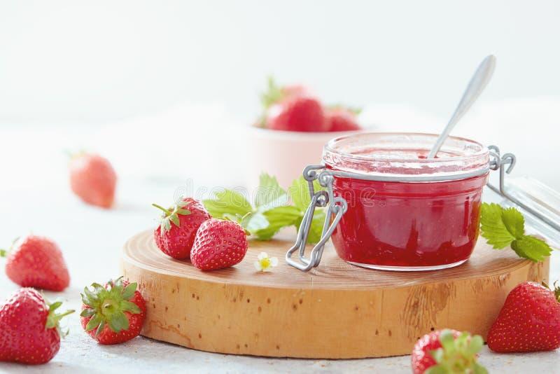 草莓酱和新鲜的草莓 免版税图库摄影