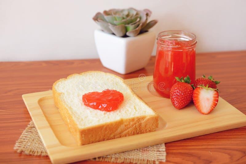 草莓酱用面包 免版税库存照片