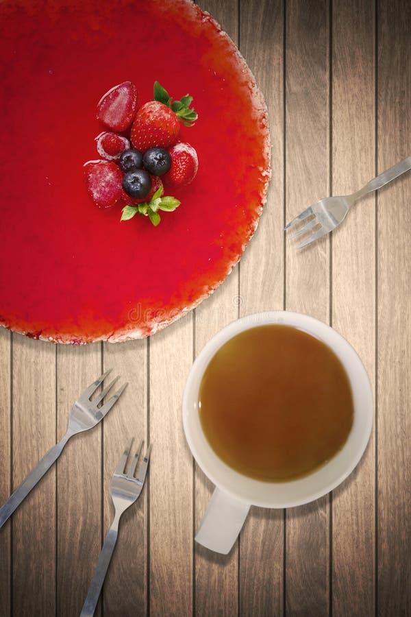 草莓饼用热的茶和叉子 图库摄影