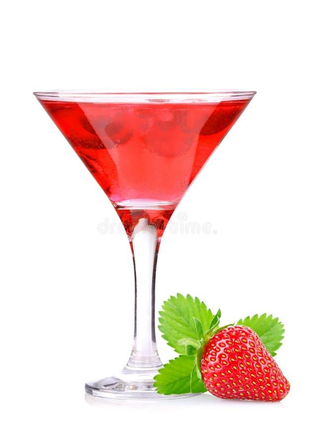草莓鸡尾酒用在玻璃的莓果 免版税库存照片