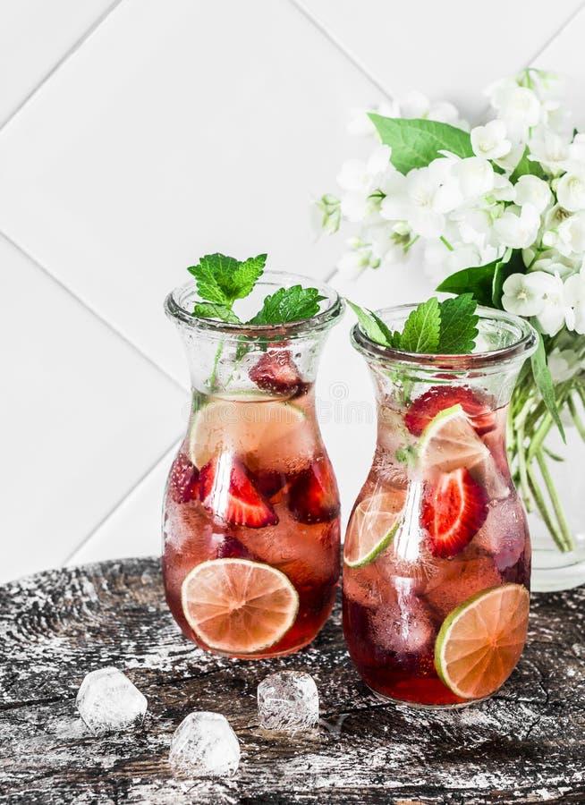 草莓,石灰,薄荷的柠檬水-在轻的背景的一份可口刷新的夏天饮料 图库摄影