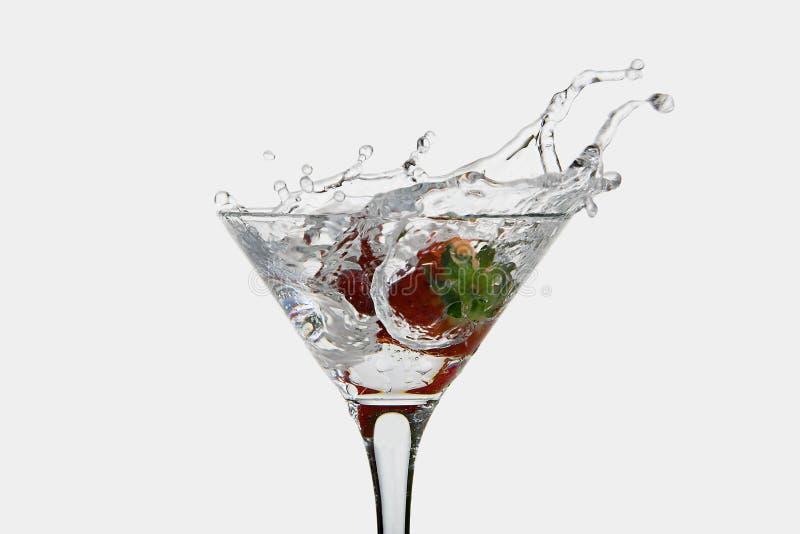 草莓滴下了入马蒂尼鸡尾酒玻璃 库存照片