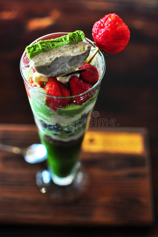 草莓绿茶Matcha冰淇凌软的奶油 库存图片