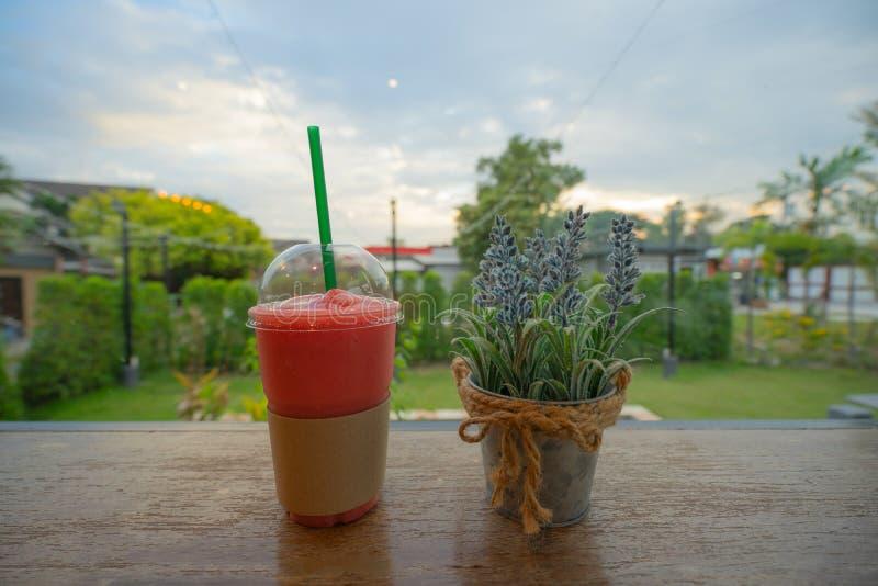 草莓frappuccino圆滑的人 免版税图库摄影