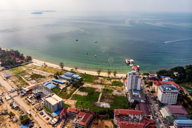 荒原和大厦顶视图由海的建设中在西哈努克,柬埔寨 库存图片