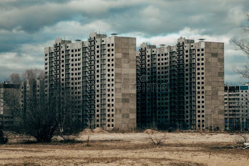 荒原的高层未完成的房子 免版税库存图片