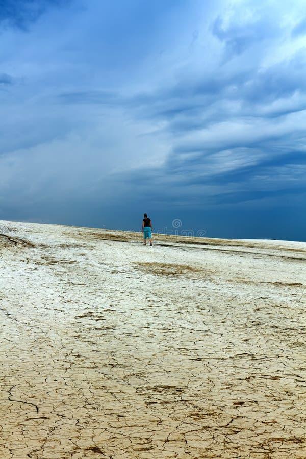 荒地和风雨如磐的天空 库存图片