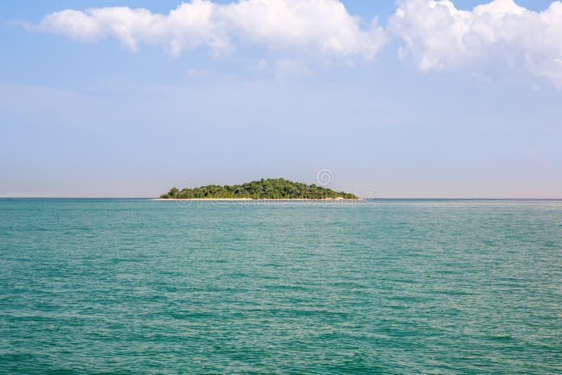 荒岛蓝色天堂 热带的海岛 夏天旅行和假期构思设计的令人惊讶的海滩背景 库存图片