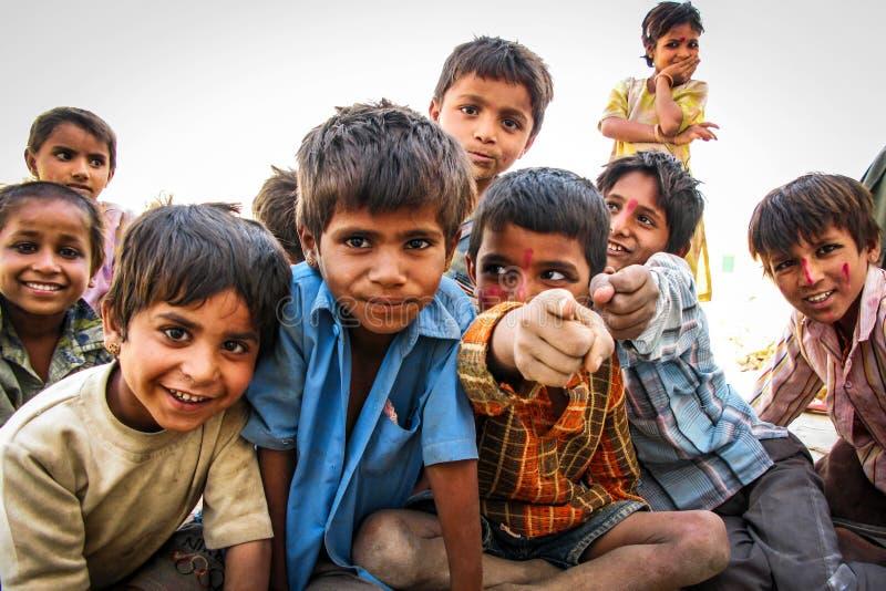 荒废村庄的愉快的印地安孩子在Jaisalmer,印度 免版税库存照片