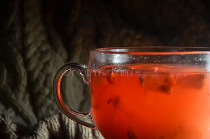 荚莲属的植物自创炽热茶用柠檬和蜂蜜在一个玻璃杯子 库存图片