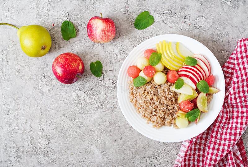 荞麦或粥用新鲜的瓜、西瓜、苹果和梨 库存图片