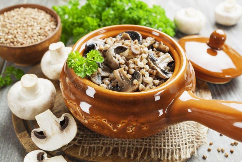 荞麦采蘑菇粥 库存图片
