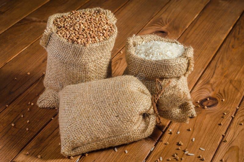 荞麦,在袋子的小米 库存照片