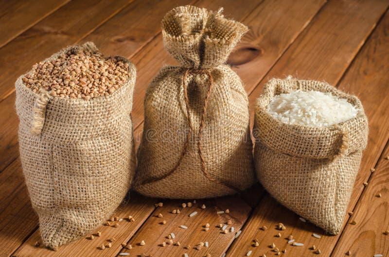 荞麦,在袋子的小米 免版税库存图片