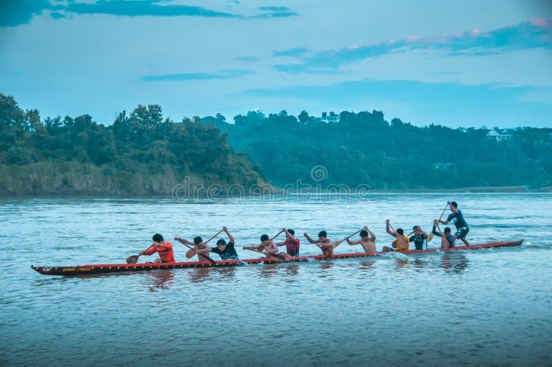 荡桨在河的小组人 库存图片