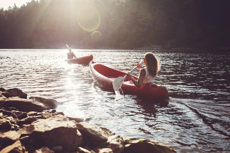 荡桨在湖的皮艇 免版税库存照片