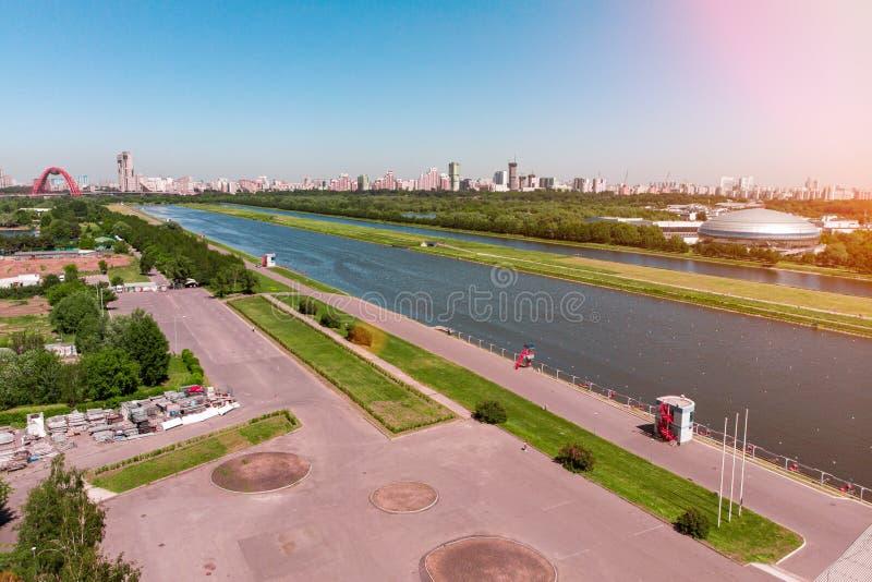 荡桨明媚的阳光照亮的运河 o 射击从上面,空中摄制 奥林匹克荡桨的运河 库存图片