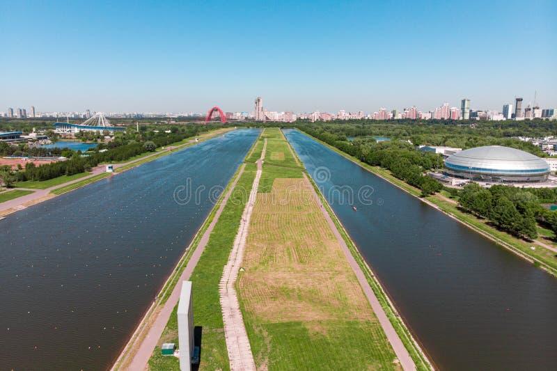 荡桨明媚的阳光照亮的运河 o 射击从上面,空中摄制 奥林匹克荡桨的运河 库存照片