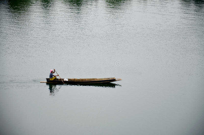 荡桨木小船的人们在Samprasob河 库存照片